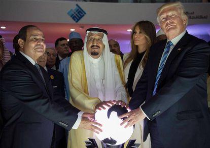 Donald Trump, junto  al rey  Salmán y el presidente egipcio, A Sisi.