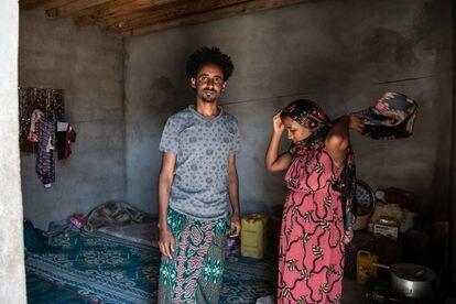 La pareja etíope Shambal (izq) y Mandafa aguarda desde hace siete meses en la ciudad yemení de Ataq a que Arabia Saudí reabra sus fronteras.