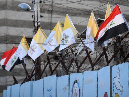 Las banderas de la Ciudad del Vaticano y de Irak ondean en la Catedral de Nuestra señora de la Salvación, en Bagdad, este viernes.