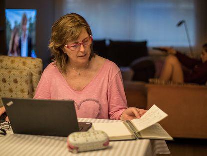 Una mujer trabaja desde su casa.
