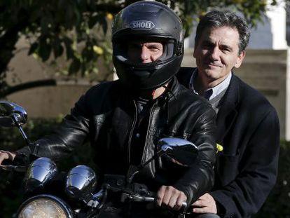 El ya exministro Yanis Varoufakis lleva en su moto a su sucesor, Efklidis Tsakalotos, el pasado abril en Atenas.