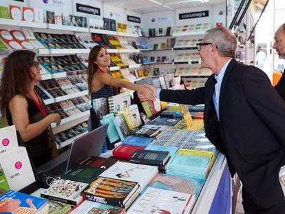 El ministro de Cultura, José Guirao, saluda a las encargadas de un 'stand' durante su visita a la Setmana del Llibre en Català en Barcelona.