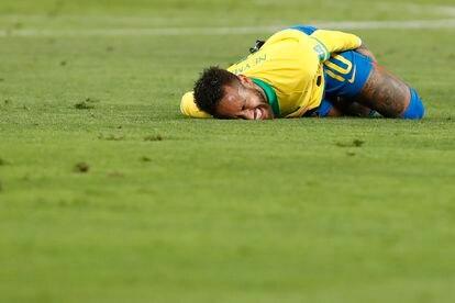 El jugador, en partido de clasificación para el Mundial de Qatar 2022 que enfrentó el pasado octubre a Brasil con Perú. Parece que se ha tropezado con algo.