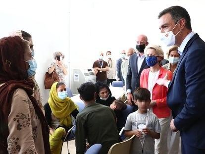 El presidente Sánchez recibe a los refugiados afganos en Torrejón. No busquen a los niños de Ceuta en esta foto.