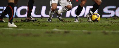 un jugador del Valencia conduce el balón en el Bernabéu el pasado diciembre.