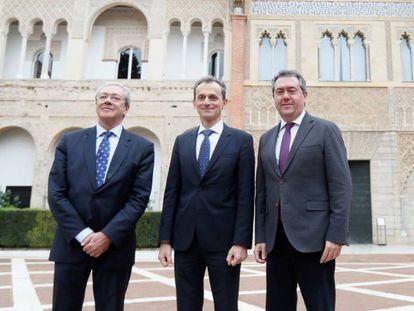 El ministro de Ciencia, Innovación y Universidades en funciones, Pedro Duque (en el centro), junto al alcalde de Sevilla, Juan Espadas (derecha) y al consejero de Economía, Rogelio Velasco, este martes en Sevilla.