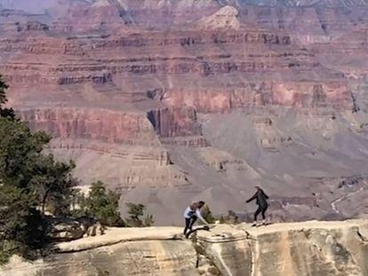 Una joven resbala en un precipio del Gran Cañón (Arizona, Estados Unidos). En vídeo, la secuencia completa.