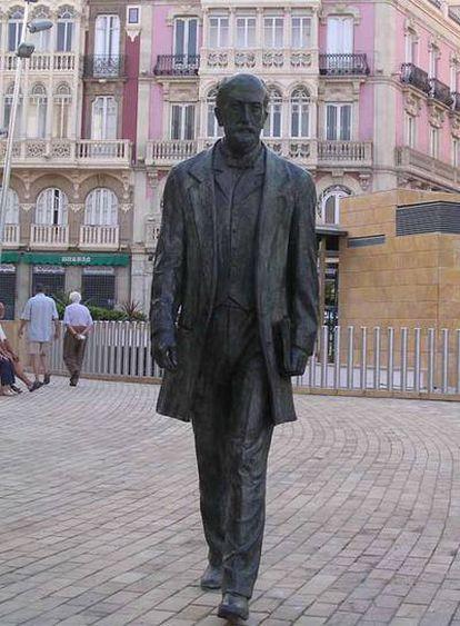 Estatua de Nicolás Salmerón en el centro de Almería.
