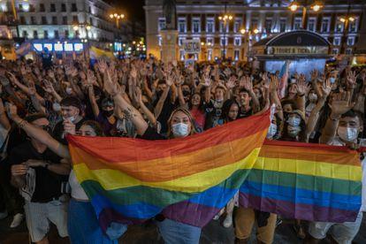 Cientos de personas protestando contra las agresiones a las personas LGTBI, en la Puerta del Sol de Madrid este miércoles.