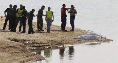 Los cuerpos de las dos niñas yacen junto a los servicios de emergencias.