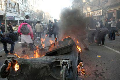 Los manifestantes iraníes montan una barricada en Teherán. La fotografía ha sido proporcionada a la agencia AP por una tercera fuente.