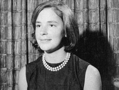 Mimi Alford en una foto personal, facilitada junto a su libro de memorias.