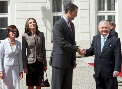 Los Príncipes de Asturias, recibidos por el presidente de Polonia, Lech Kaczynski, y la esposa de éste, en el Palacio Presidencial de Varsovia.