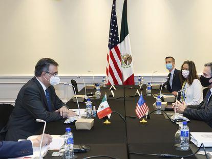 El canciller mexicano, Marcelo Ebrard, a la izquierda, se reúne con el secretario de Estado de EE UU, Antony Blinken, este miércoles en Costa Rica.