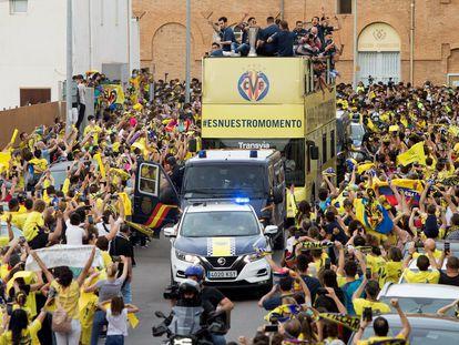 El autobús de los jugadores del Villarreal reciben el cariño de los aficionados en la calles de la ciudad. EFE