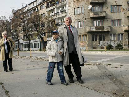 Jovan Divjak y su ahijado Muhammed Bojadzi, en una calle de Sarajevo en 2005.