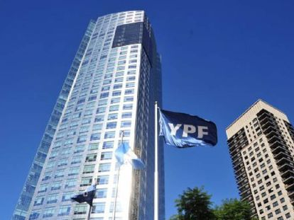 Vista de la sede de la petrolera argentina YPF en Buenos Aires