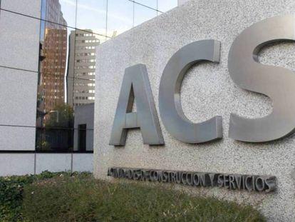 Cartel de ACS en la entrada de su sede en Madrid.