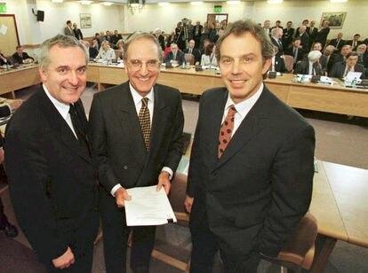 El ex primer ministro del Reino Unido Tony Blair (desde la derecha), el exsenador estadounidense George Mitchell y el ex primer ministro irlandés Bertie Ahern, el 10 de abril de 1998, tras firmar el Acuerdo de Viernes Santo.