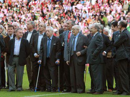 Ex jugadores y entrenadores del Athleticdurante los prolegómenos del encuentro que servirá como despedida deSan Mamés.