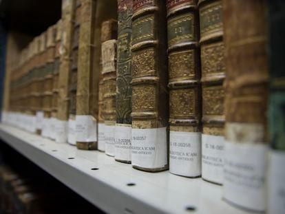Libros en la biblioteca del colegio de abogados.
