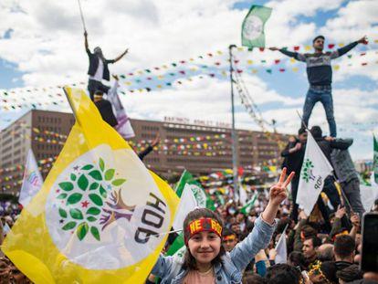 Seguidores del Partido Democrático de los Pueblos (HDP) durante un acto de campaña en Estambul el pasado 24 de marzo.