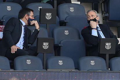 Los presidentes del Barcelona y Real Madrid, Josep María Bartomeu (a la izquierda) y Florentino Pérez, conversan durante el último clásico. / (AFP)