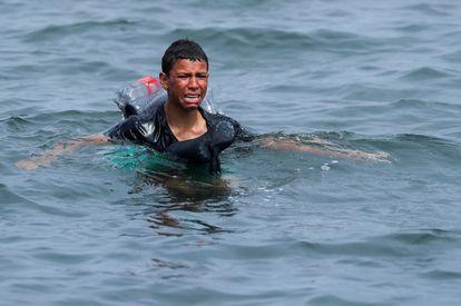Aschraf, el pasado día 19 cuando intentaba entrar en Ceuta con un flotador hecho de botellas.