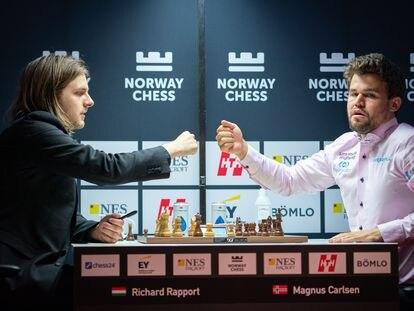 Rapport y Carlsen se saludan, hoy en Stavanger, tras acordar tablas en la partida lenta