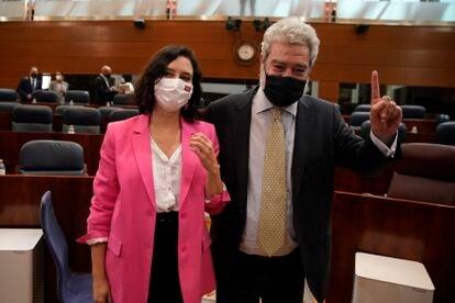 Isabel Díaz Ayuso y Miguel Ángel Rodríguez durante el debate de investidura en junio.
