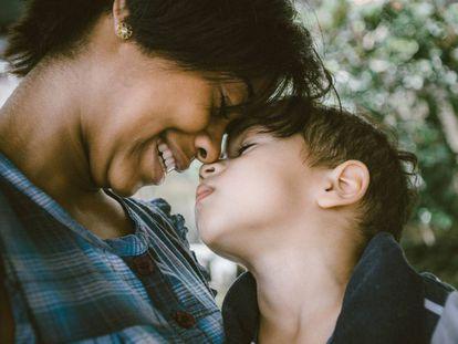 Una madre sonríe con su hijo.