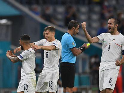Los jugadores italianos celebran la victoria tras el pitido final de su partido de cuartos contra Bélgica.