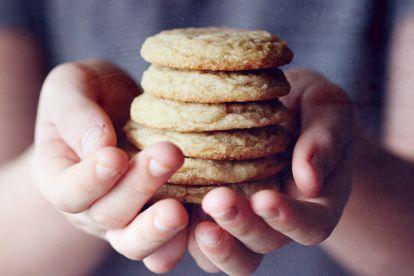 Un niño sujeta seis galletas.