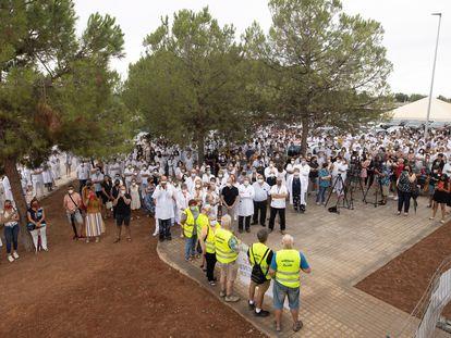 La Junta del Personal del hospital La Plana, en una concentración para protestar por el uso, autorizado por un juzgado, de una terapia no autorizada contra la covid.