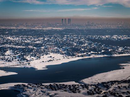 La ciudad de Madrid, rodeada de contaminación y nieve.