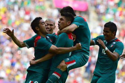 Peralta recibe las felicitaciones de sus compañeros.