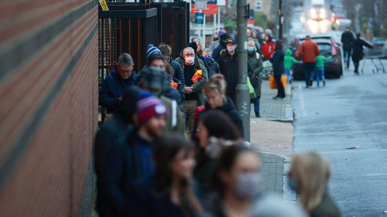Decenas de personas hacen cola en el exterior de un supermercado en Londres, este martes.