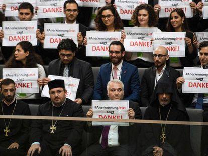 Activistas y clérigos armenios en el Parlamento alemán.