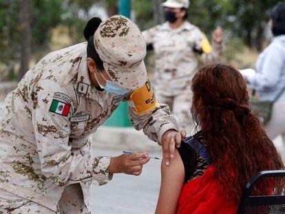 Militares mexicanos vacunan en el municipio de Ensenada, en Baja California (México), a mediados de junio.