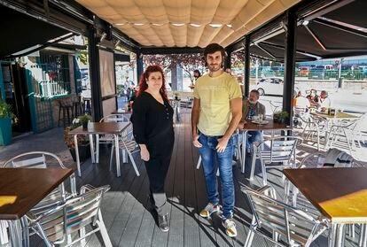 Rosa Sánchez, owner of the Peña de Francia bar, along with Gabriel Ramas, founder of the Encantado de Comerte start-up.