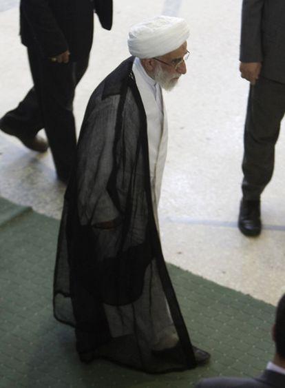 El jefe del Consejo de Guardianes,  Ahmad Jannati, se dirige hacia el lugar donde se celebran las oraciones, hoy viernes, día sagrado de los musulmanes