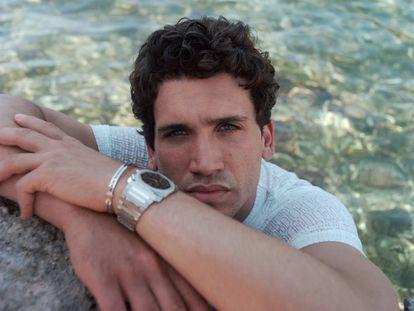 Jaime Lorente, que da vida al Cid Campeador en la serie de Amazon Prime Video, posa con camiseta Dior Men. El reloj Octo Finissimo y el brazalete de oro blanco B.zero1 son Bvlgari.