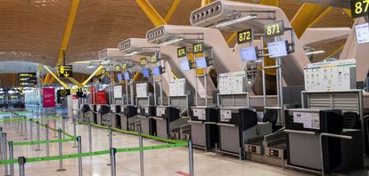 Vista de los mostradores de facturación en la terminal 4 del aeropuerto de Madrid, gestionado por Aena.