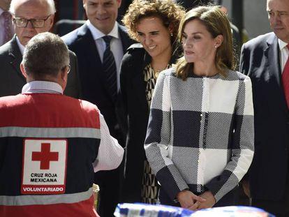 Doña Letizia y la ministra de Sanidad (detrás de la Reina), este lunes en la sede de Cruz Roja Mexicana.