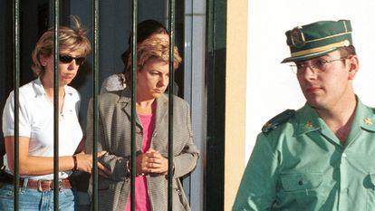 Fotografía de archivo de Dolores Vázquez durante su trasladado a los juzgados por agentes de la Guardia Civil, en 2009.