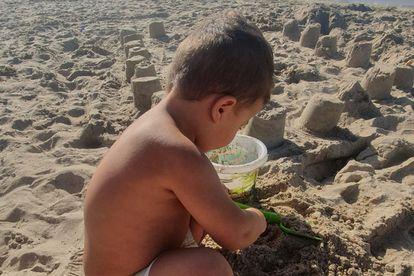'Jomío', de tres años, juega en la playa.
