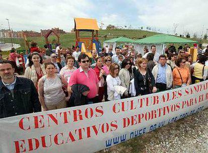 Decenas de personas se manifiestan ayer contra la ausencia de servicios públicos en Las Tablas.