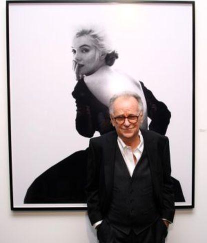 El fotógrafo Bert Stern, ante una imagen de Marilyn Monroe.