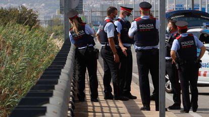 Agentes de los Mossos, en el lugar donde fue hallado el cadáver del hombre que mató a su hijo en un hotel de Barcelona. Cristóbal Castro