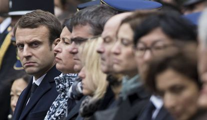 Emmanuel Macron este martes en el homenaje por el policía muerto en los Campos Elíseos.